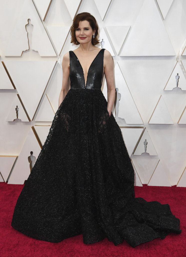 La elegancia de Geena Davis impactó en la alfombra roja. La actriz utilizó un vestido de Romona Keveza. (AP)