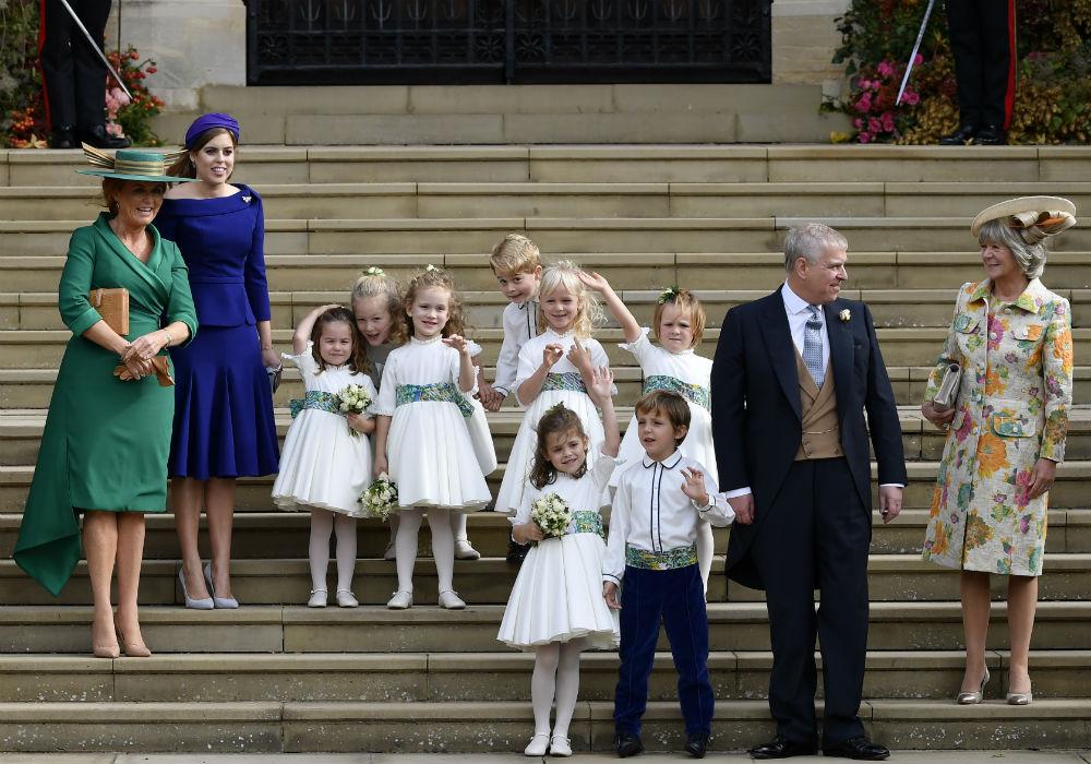 Mientras se hacían fotos a las afueras de la capilla, algo parecía seguir llamando la atención del pequeño. (AP)