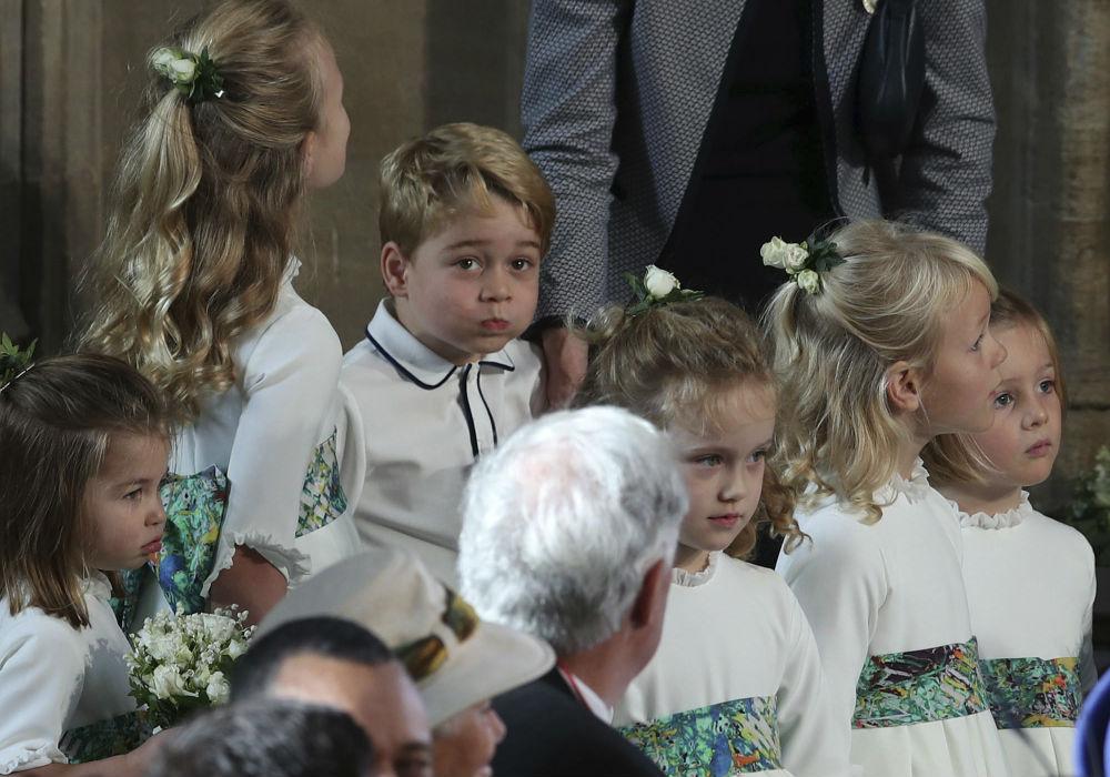 El hijo mayor de los duques de Cambridge y tercero en la línea de sucesión al trono no paró de hacer muecas durante la ceremonia en la capilla St. George, en el castillo de Windsor. (AP)