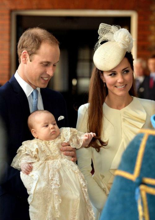 Para el bautismo del príncipe George, sus padres Kate y William dieron paso a nuevas costumbres dentro de la Casa Real británica y realizaron el evento sin un protocolo especial a pesar de que se trataba del tercero en la línea de sucesión al trono. (AP)