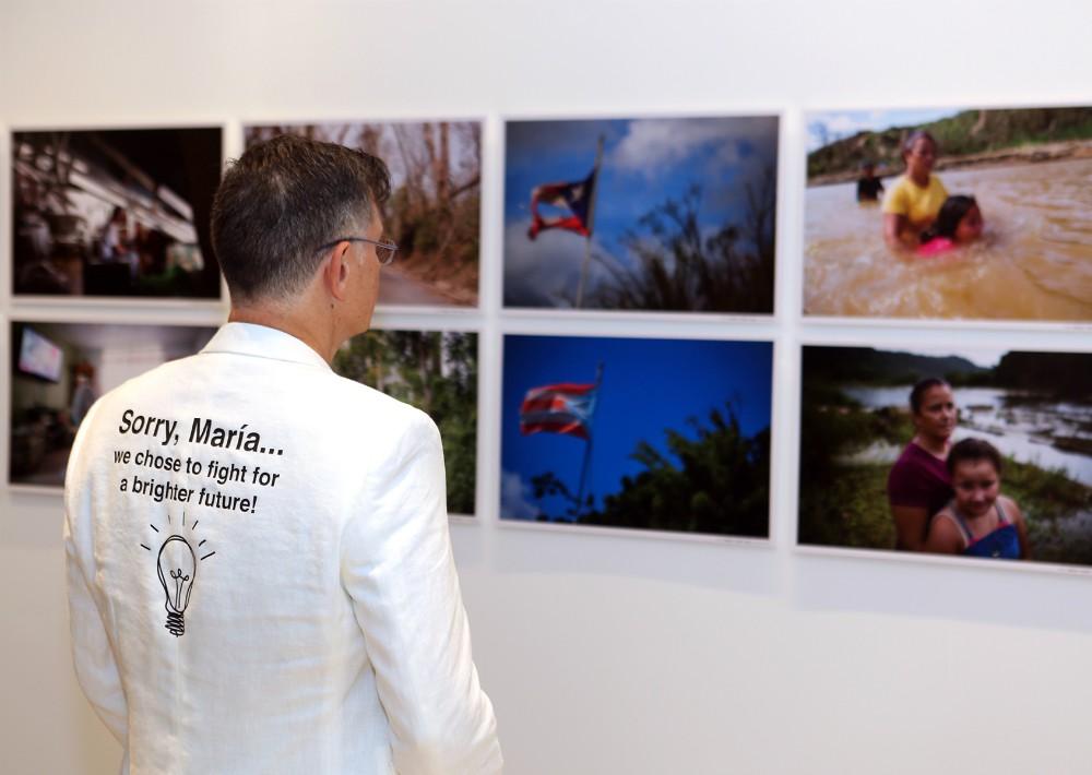 Bernardo Medina lució una chaqueta con un mensaje diseñada por él. (Foto: José R. Pérez Centeno)