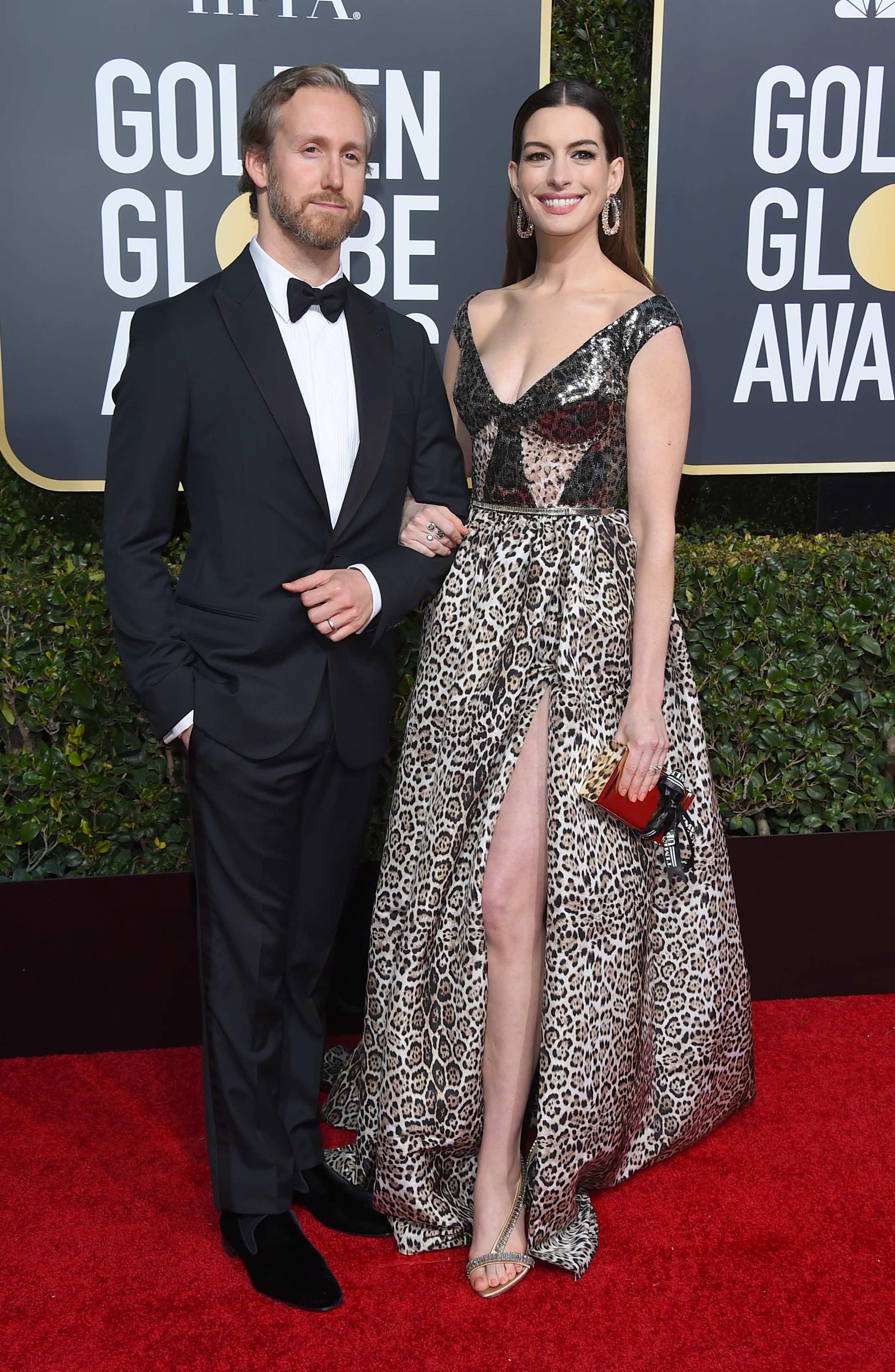 La actriz Anne Hathaway junto a su esposo, el actor y diseñador de joyas Adam Shulman. (Foto: AP)
