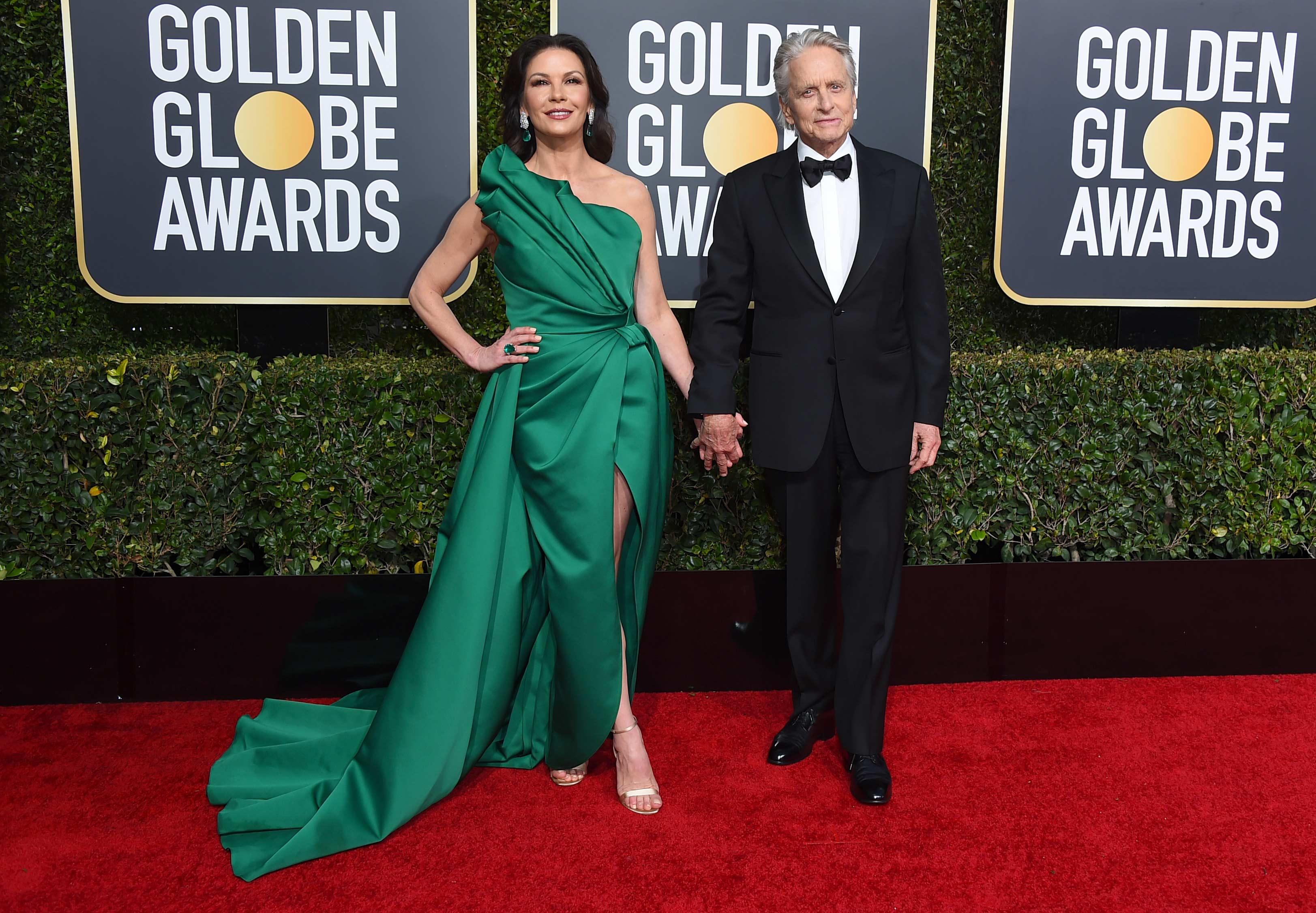 Catherine Zeta Jones y Michael Douglas enfrentaron las cámaras en los Golden Globe, luego de que en 2018 el actor fuera acusado de acoso sexual. El actor es uno de los premiados. (Foto: AP)