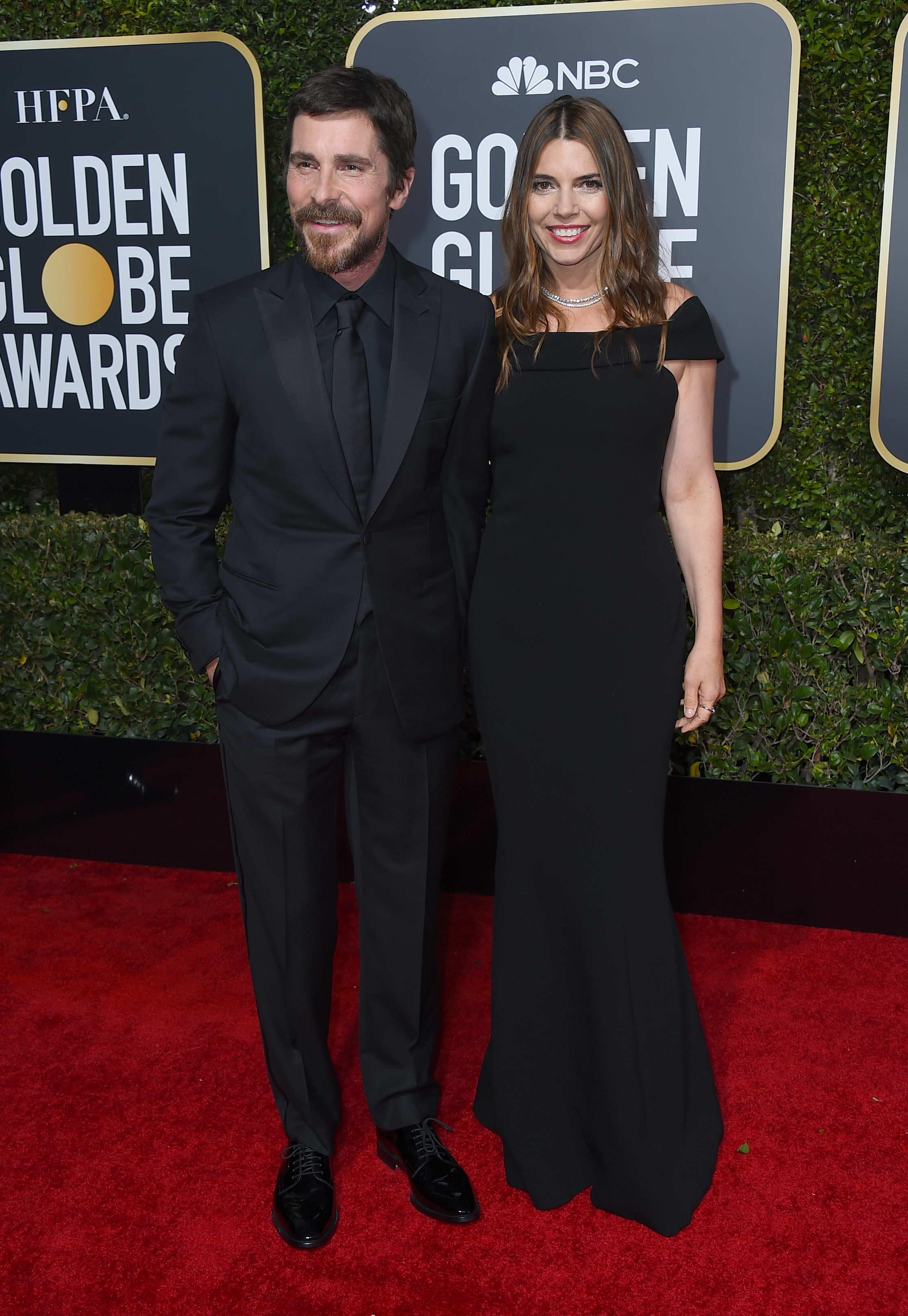 El actor Christian Bale, junto a su esposa Sibi Blazic, quien le sirvió de ayuda cuando el ganador del Golden Globe tuvo que agradecer desde el escenario. (Foto: AP)