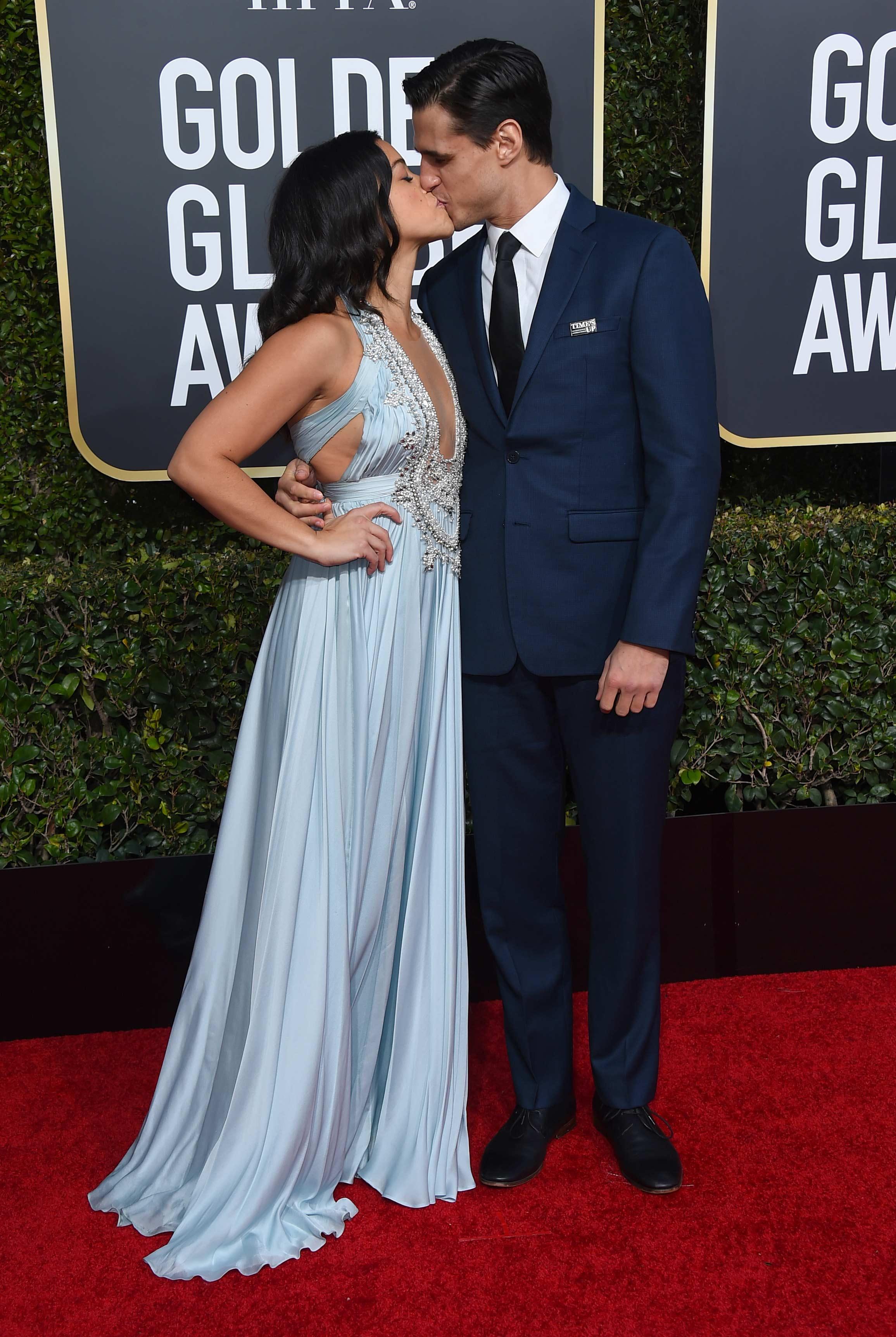 Gina Rodríguez besa a su pareja, el actor Joe Locicero, en la alfombra roja de los Golden Globe 2019. (Foto: AP)