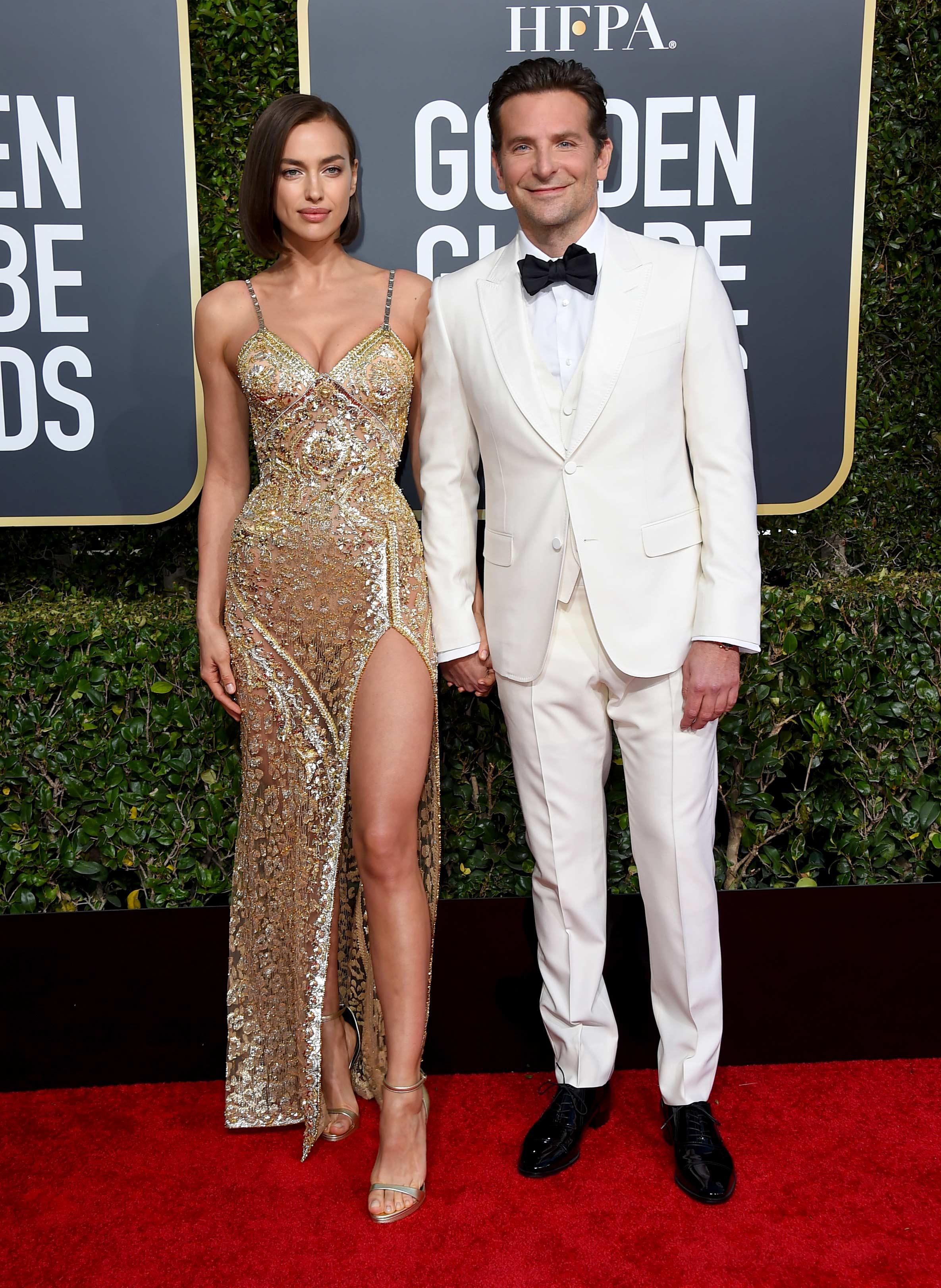 La modelo Irina Shayk, junto a su marido Bradley Cooper, uno de los actores que subió al escenario a presentar uno de los galardones. (Foto: AP)