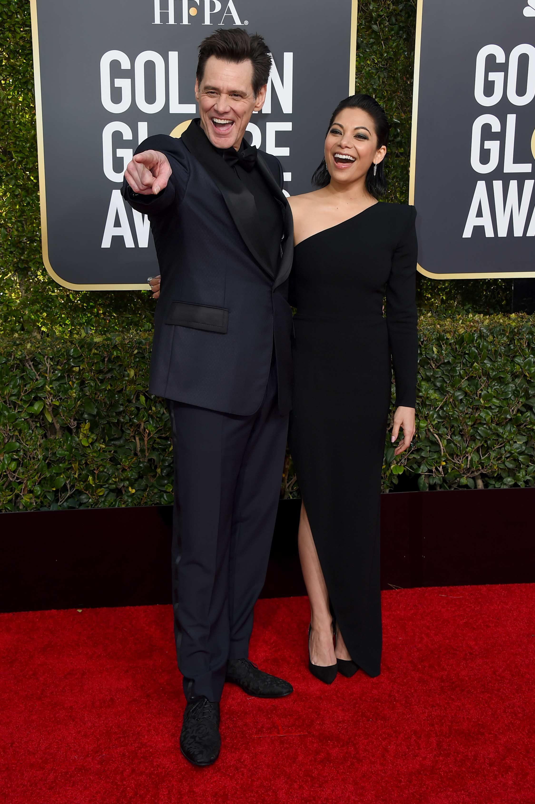 El comediante Jim Carrey presentó en sociedad a su nueva novia, Ginger Gonzaga, de 32 años, en la alfombra roja de los Golden Globe. (foto: AP)