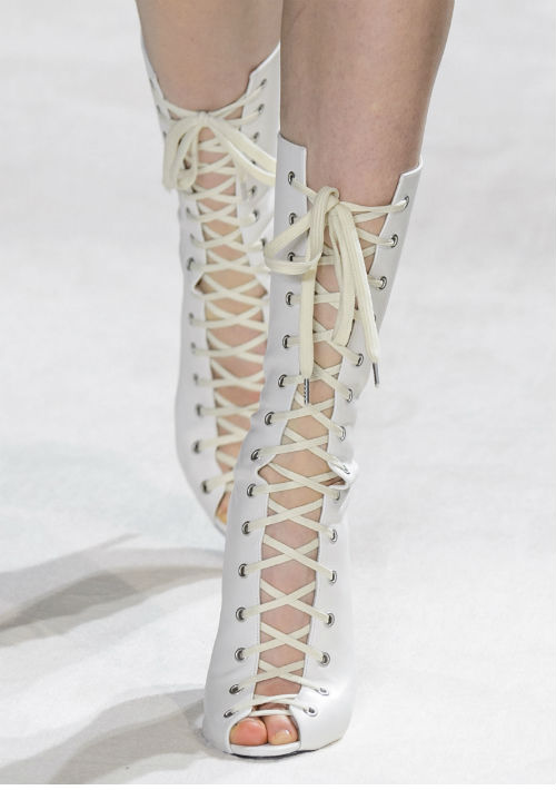 El romanticismo y el toque de lujo se apodera del calzado de fin de año con detalles de lazos, amarres, brillo, brocado y ornamentación, entendiéndose a las botas. Diseñador: Giambatista Valli. (WGSN)