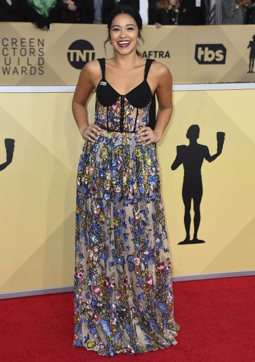 Gina Rodríguez seleccionó un vestido con estampado floral, de la línea Rasario, establecida en el 2012 por la diseñadora Rasida Lakoba. (Foto: AP/Jordan Strauss)