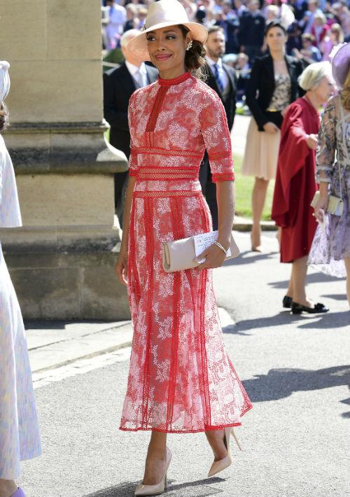 La actriz Gina Torres lució elegantísima en un modelo anaranjado de la casa de moda griega, Costarellos y un sombrero fedora color blanco. (AP)