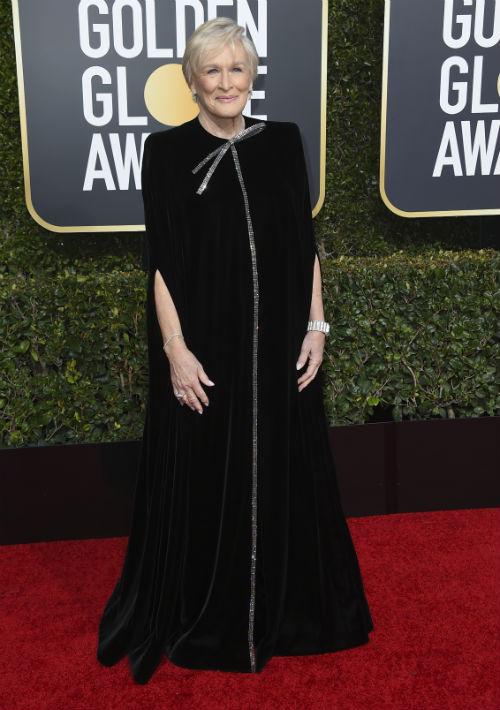 La veterana actriz Glenn Close arribó a la alfombra roja con un vestido caftán de Armani Privé, (Foto:AP)
