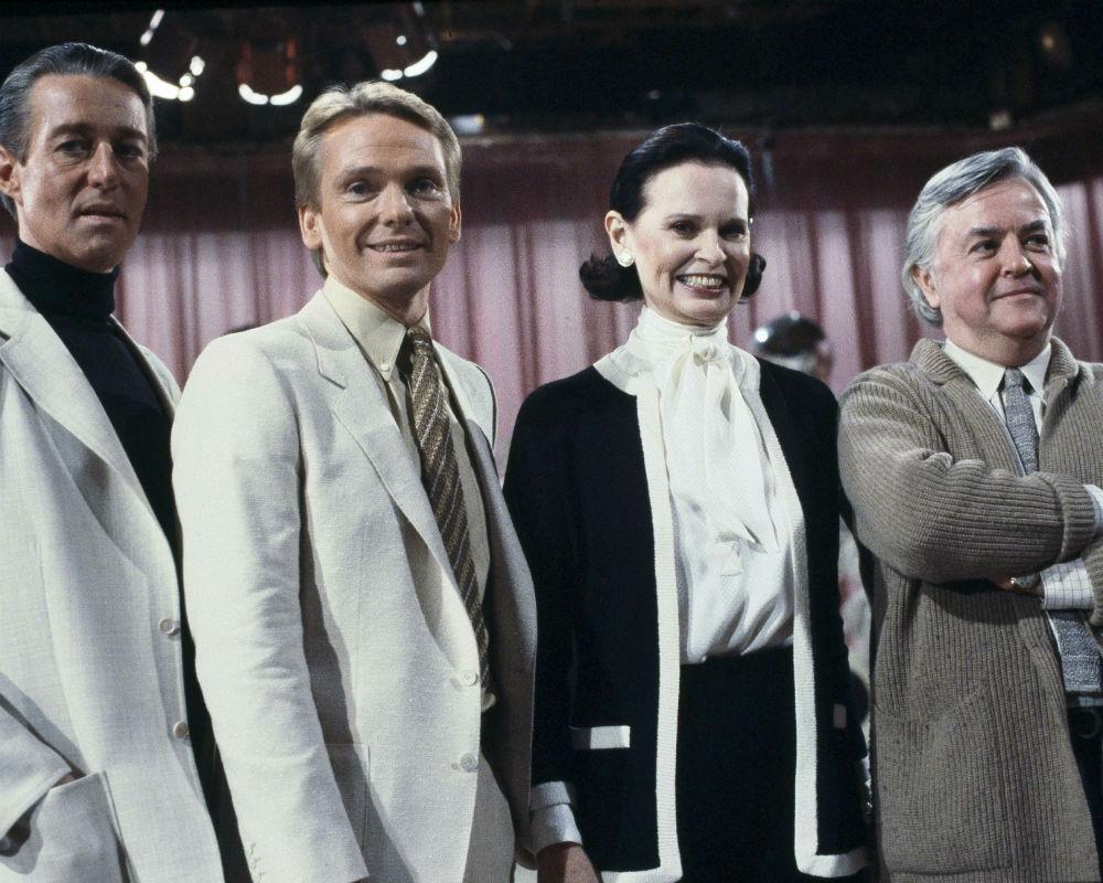 """De izquierda a derecha, los diseñadores Halston, Bob Mackie, Gloria Vanderbilt y Geoffrey Beene, posan en 1981 en el set de """"love Boat"""" en Los Ángeles. (AP)"""