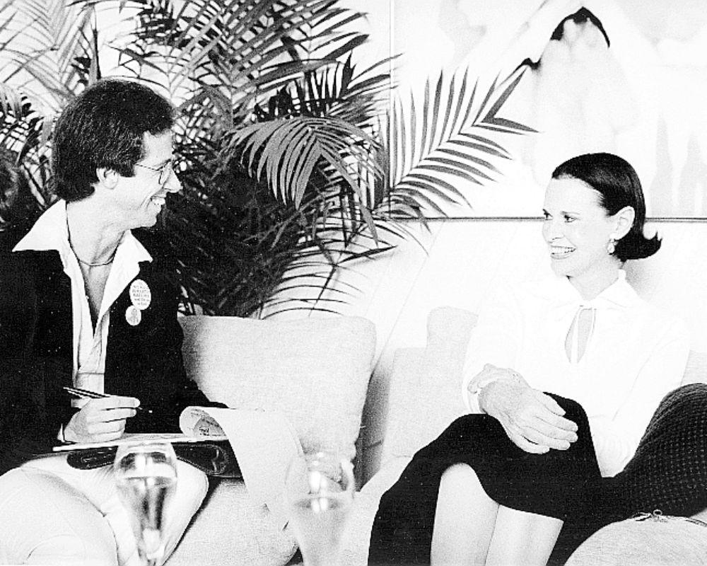 """En la imagen se ve al artista Martin Kreloff hablando con Vaderbilt sobre el """"glamour"""" insólito antes de que """"Art Basel Miami"""" se convirtiera un fenómeno. (EFE)"""