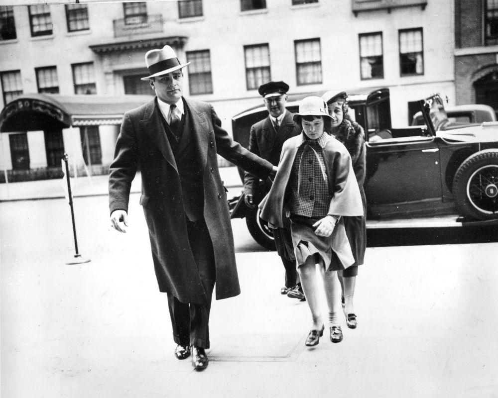 En 1935, se retrató a la artista acompañada de un guarda espaldas, una enfermera y un chofer, mientras entraba a la casa de su madre, Gloria Morgan Vanderbilt en Manhattan. (AP)