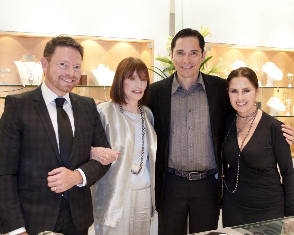 En la foto, Isaac Demel, Gloria Vanderbilt, Padre Ángel Darío y Nydia Caro, acompañan a la artista durante la firma de libros en Plaza Las Américas en 2011. (Archivo)