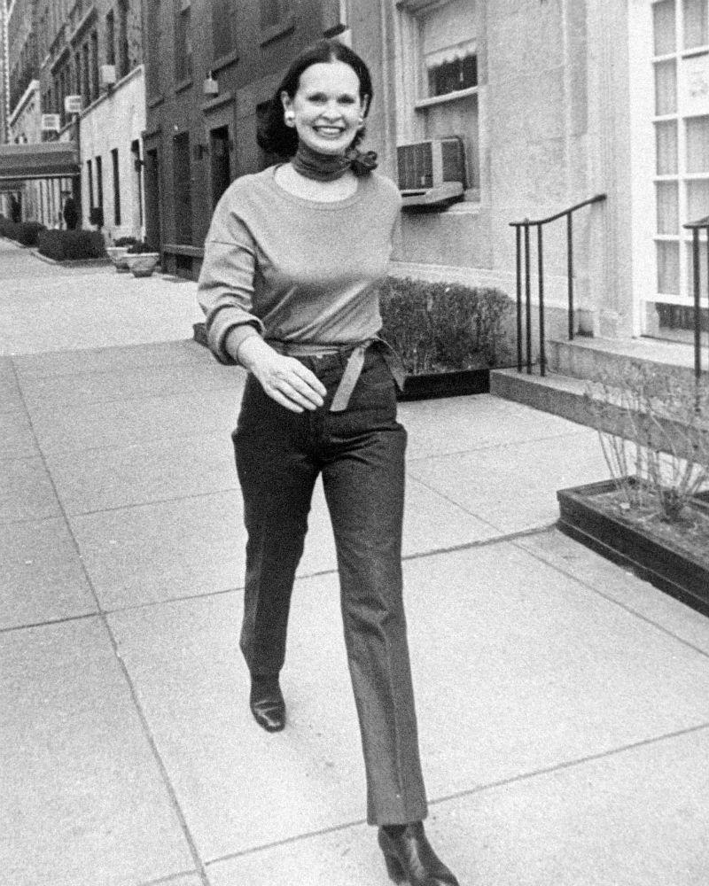 Vanderbilt se ve caminando por una calle de Nueva York,  la ciudad donde nació y se crió. La diseñadora falleció a los 95 años en su casa. (AP)