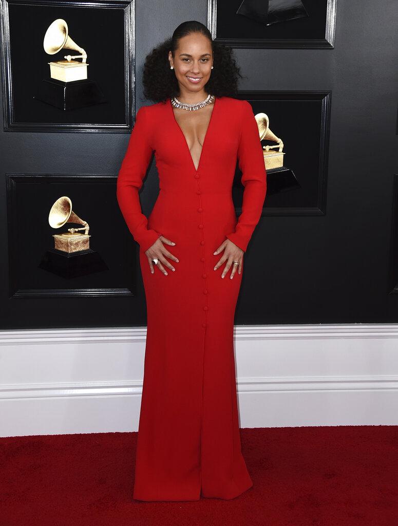 Alicia Keys, otra de las famosas que eligió los tonos colorados para los Grammy 2019. (Foto: AP)