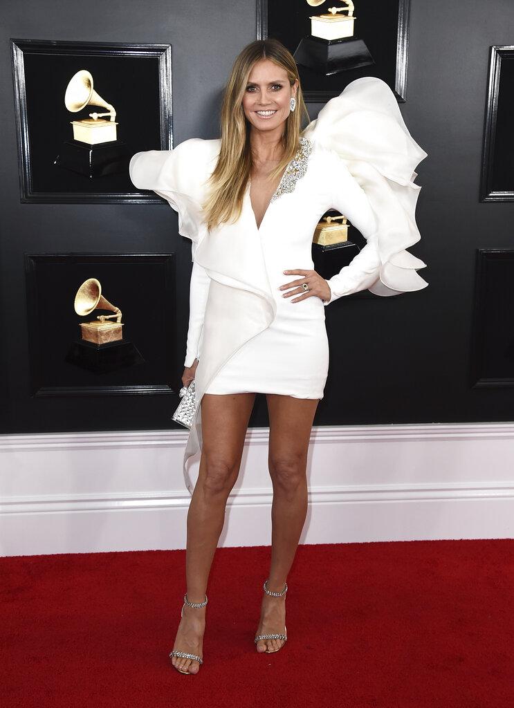 Heidi Klum nos hizo recordar sus años como ángel de Victoria´s Secret con este vestido blanco de hombros irregulares que parecían alas. (Foto: AP)