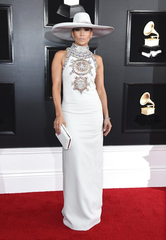 JLo fue una de las reinas de la noche con su vestido blanco de cuello alto de Ralph & Russo, bordado en cristales y pedrería. (Foto: AP)