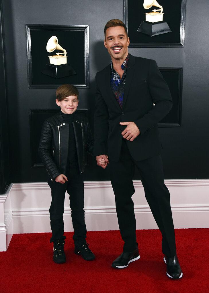 Ricky Martin fue acompañado por su hijo Matteo que lució muy elegante con una chaqueta oscura, haciendo juego con los tonos elegidos por su padre. (Foto: AP)