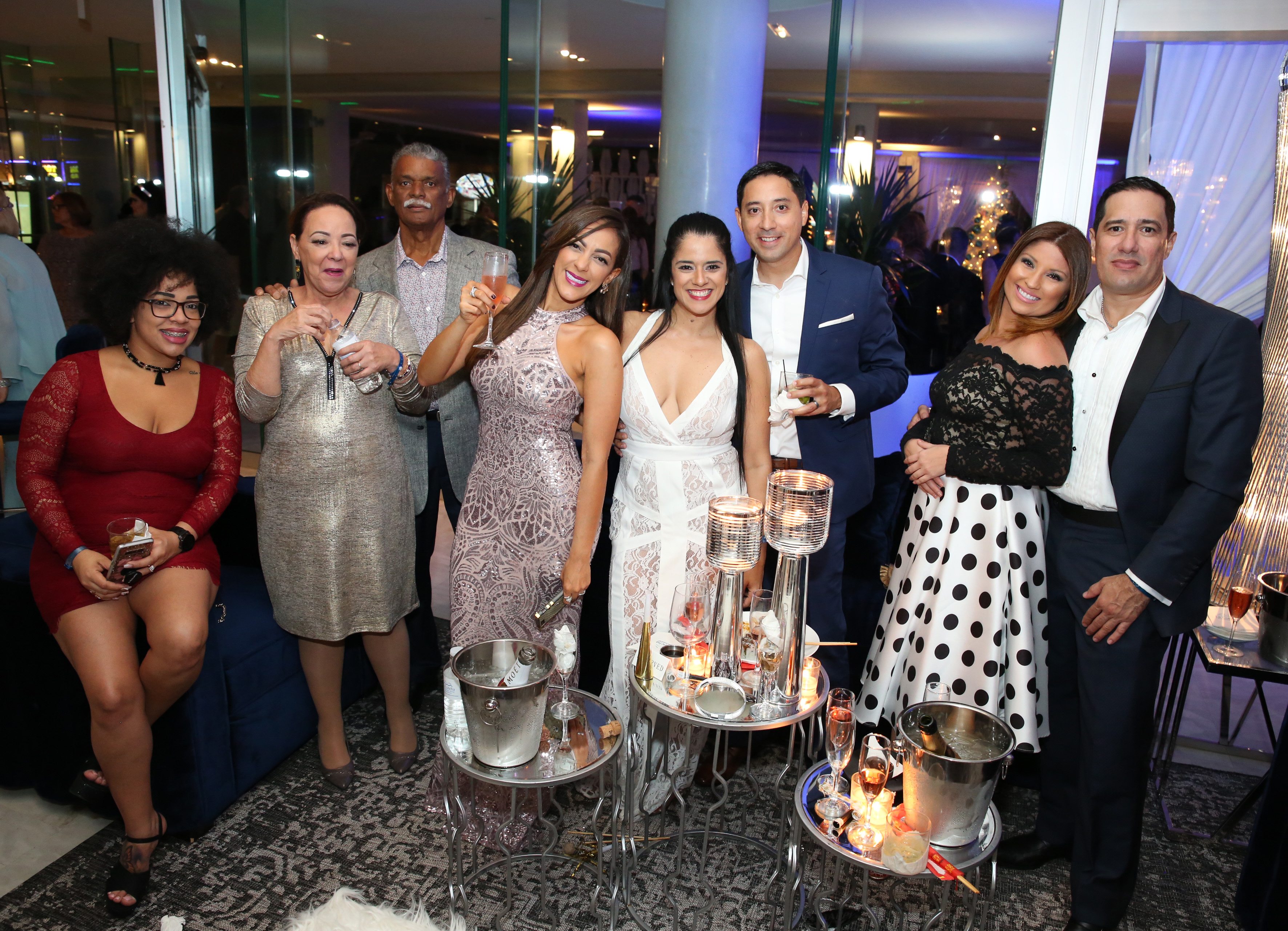 Grupo de invitados comparte en la fiesta de año nuevo en La Concha. Cientos de personas se dieron cita en Lobby Bar y Solera, ambientado para la ocasión por The Lounge en tonos de blanco, plateado y azul, con iluminación azul y ámbar de Music Factory Suministradas