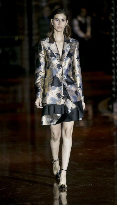 También sugirió el uso de piezas más estructuradas, cuando llevó a la pasarela la clásica chaqueta. (Xavier García / Especial GFRMedia)