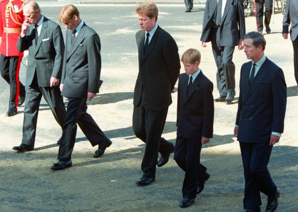 Recorrido doloroso. La vida de príncipe feliz que conocía de niño pronto llegaría a su fin. Primero, con el escandaloso divorcio de sus padres en el 1996 y más tarde, en 1997, con el fallecimiento de su madre, la princesa de Gales, en un trágico accidente de auto cuando él tan solo tenía 12 años de edad. Fue un momento muy lamentable recordado por muchos. (Foto: Archivo/ AP)