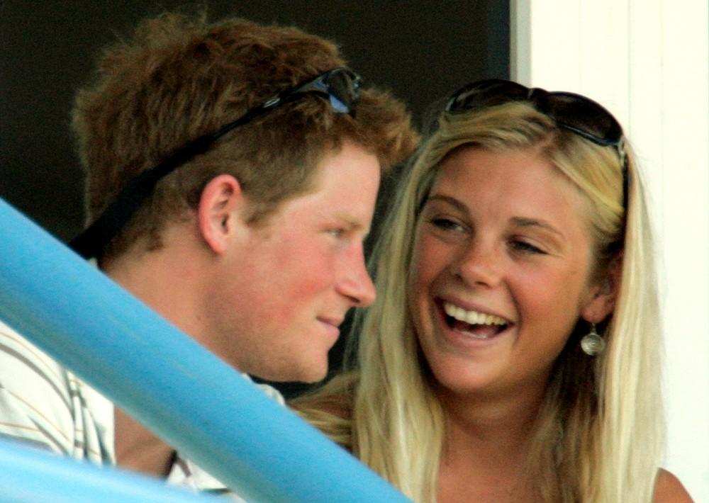 Romances y rumores. En el 2004 conoció y se enamoró de una joven rubia surafricana llamada Chelsy Davy, procedente de una familia de clase alta. Debido a la distancia que vivían, el noviazgo estuvo lleno de altas y bajas terminando definitivamente en el 2010. Fue la relación más larga que se le conoció. También estuvo con la actriz Cressida Bonas y se rumoró un posible breve romance con la cantante Ellie Goulding. Comenzó a salir con Meghan Markle en 2016 y la relación rápidamente se convirtió en algo muy serio. (Foto: Archivo)