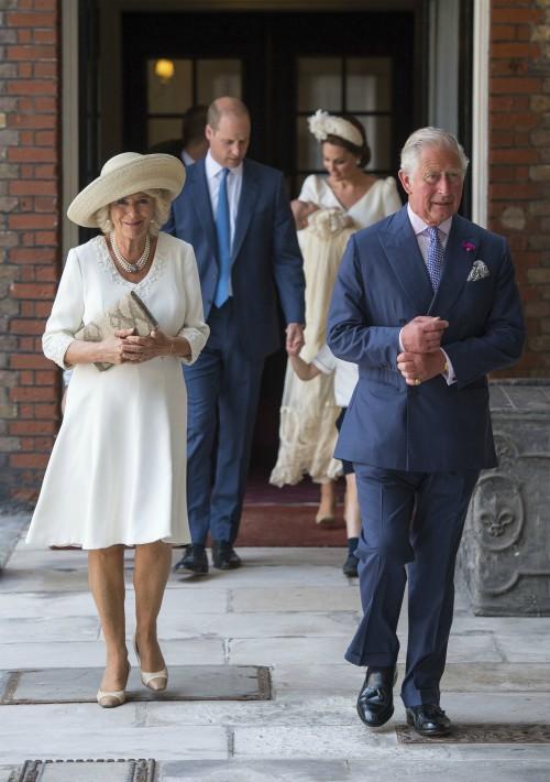 El príncipe de Gales, Charles, y su esposa, Camilla Parker en su llegada al servicio religioso. (Foto: AP)