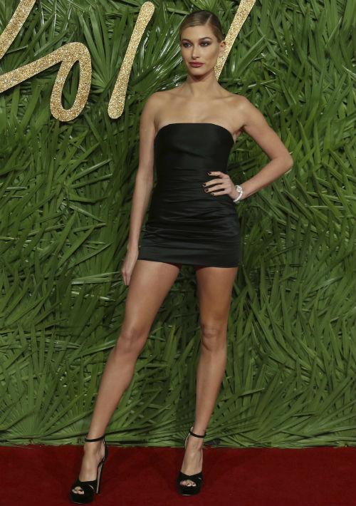 """La modelo Hailey Baldwin lució un minivestido """"strapless"""" de TopShop. (Foto: AP)"""