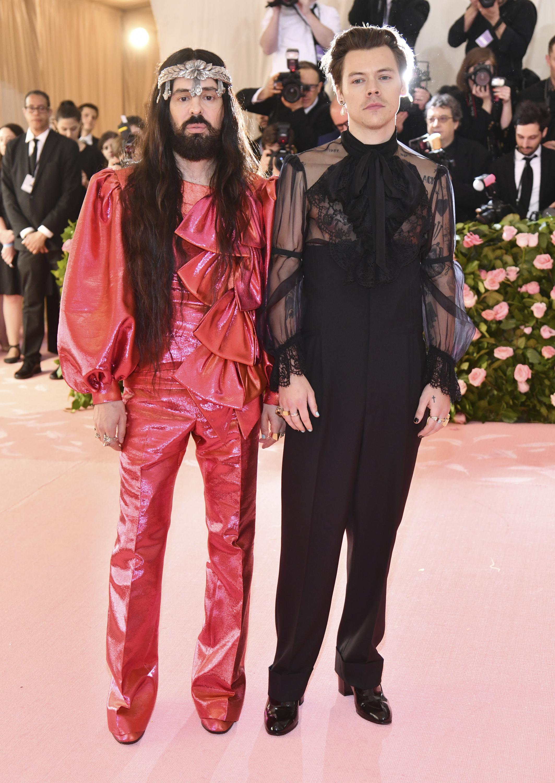 El cantante Harry Styles (der.) acompañado por el diseñador, Alessandro Michele. (AP)