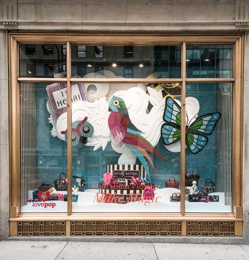 Las vitrinas de Henri Bendel celebran la magia de la creatividad. Junto a la compañía de tarjetas de felicitación en 3D Lovepop, la famosa tienda de la Quinta Avenida cobró un aire tropical para celebrar la Navidad. Esta vez, puedes ver pájaros de colores como cotorras, también mariposas y flora vibrante hecha en papel. (Foto WGSN)