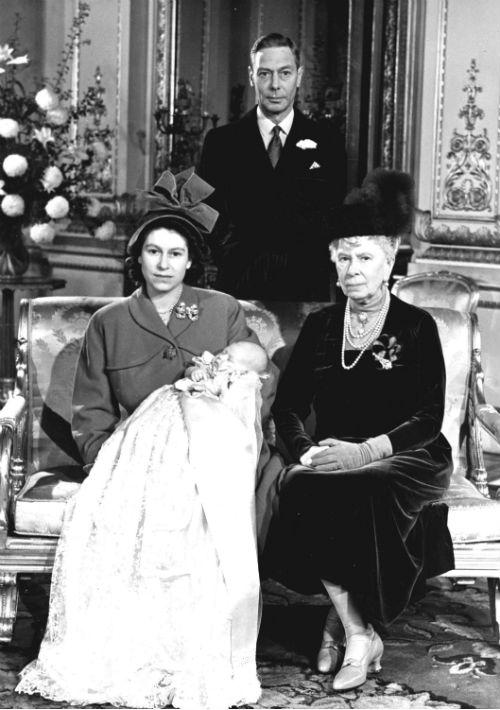 15 de diciembre de 1948. La reina Elizabeth junto a su primer hijo Charles, la reina Mary y el Rey George VI  en el bautismo de Charles en el Buckingham Palace. (AP)