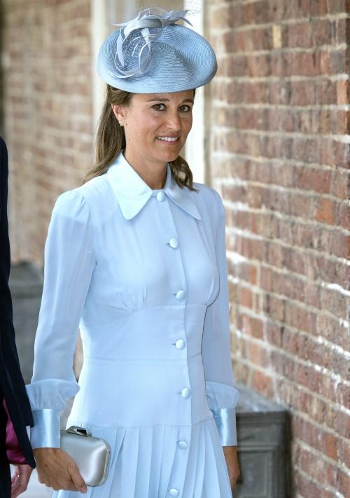 La hermana de Kate Middleton, duquesa de Cambridge, Pippa Middleton, acudió al bautizo de su sobrino, el príncipe Louis, con un vestido que firmaba la casa Alessandra Rich. (Foto: AP)