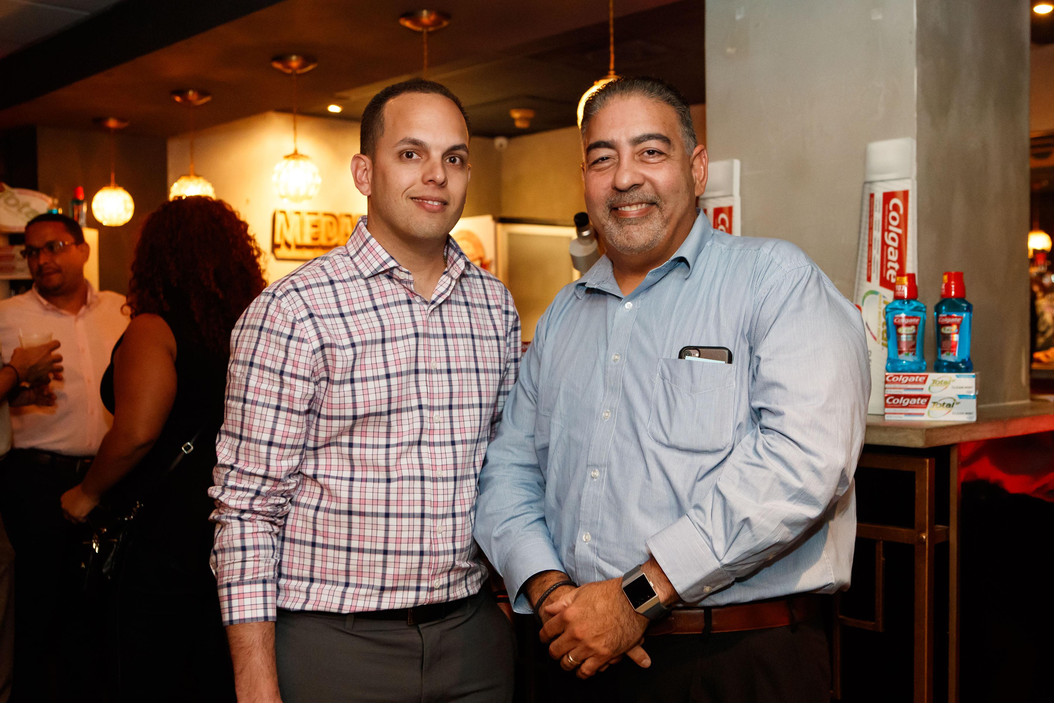 Ian Otero y Carlos Santiago, gerente general de Colgate Palmolive en Puerto Rico. (Suministrada)