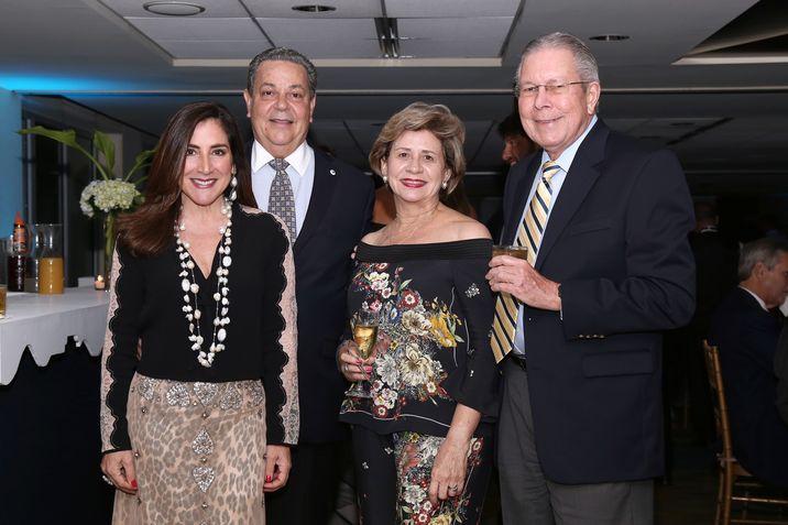 Luisa Mercedes y Larry Nadal, junto a Leyda y José Jiménez.