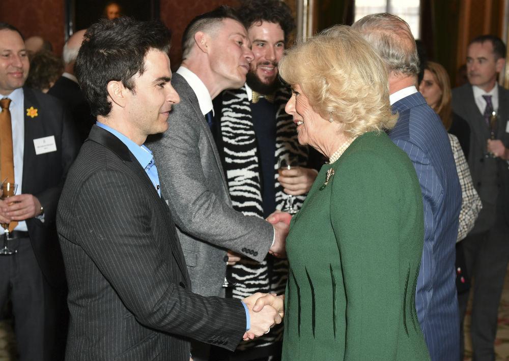 El príncipe Charles estuvo acompañado por sus hijos y su esposa, la duquesa de Cornualles Camilla Parker. En la foto, saludan al cantante Kelly Jones. (AP)