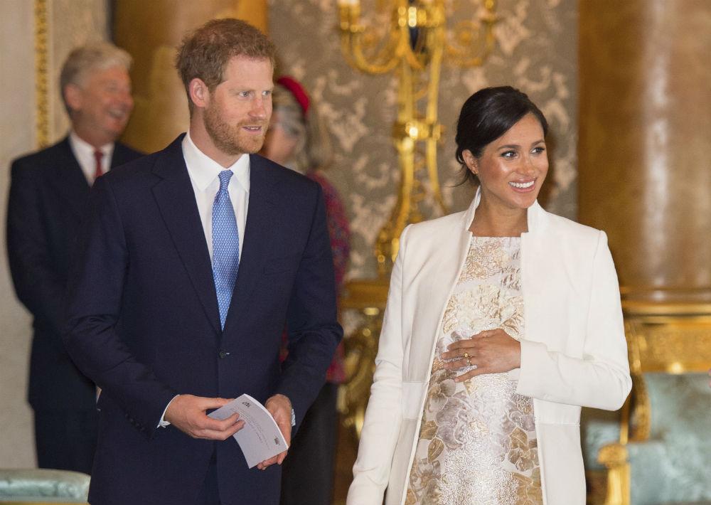 Los duques de Sussex, el príncipe Harry y Meghan Markle, durante la ceremonia organizada por la reina Elizabeth II. (AP)