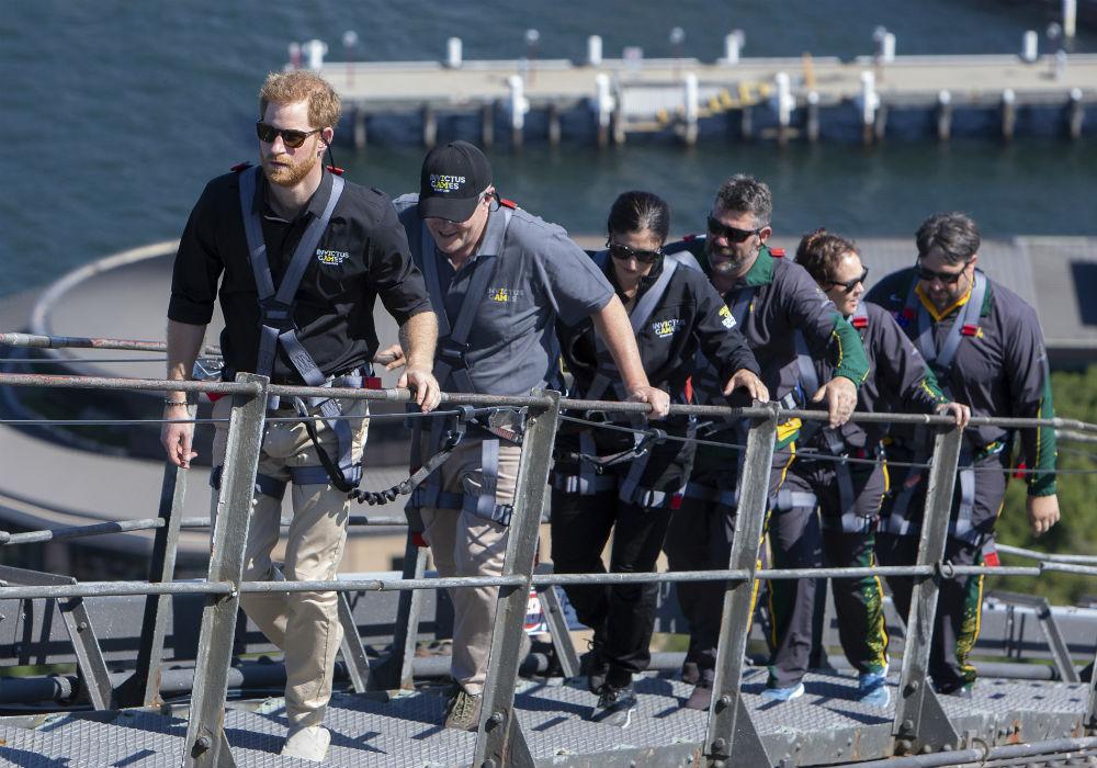 El príncipe Harry subió a la cima del Puente de la Bahía de Sídney, junto al primer ministro australiano, Scott Morrison. (Dominic Lipinski/ AP)
