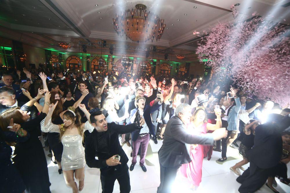 """Los invitados bailaron hasta la madrugada en una pista de baile acrílica de color blanco con un laminado gráfico que leía el lema de """"Tic, Toc 2018"""". Foto: José R. Pérez Centeno"""