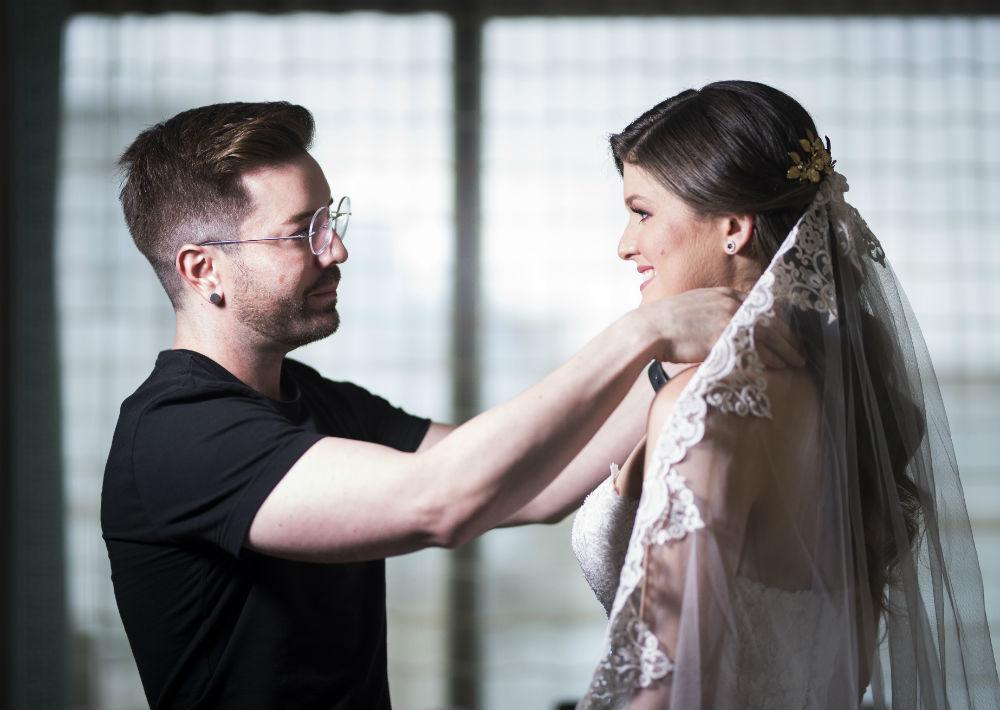 Tocado confeccionado por la madre de la novia y arreglo personal: Javier Moreno. (Suministrada)