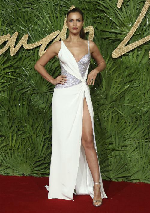 Irina Shayk optó por un vestido blanco con reveladores escotes, de Atelier Versace. (Foto: AP)