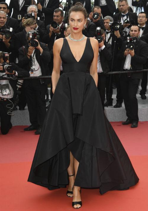 """Irina Shayk llegó al estreno de la película """"Yomeddine"""" capturando miradas con un vestido de Twinset y un conjunto de collar y pantallas de Chopard. (AP)"""