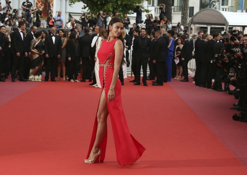Irina Shayk asistió a la apertura del festival con un vestido rojo de Atelier Versace. (AP)