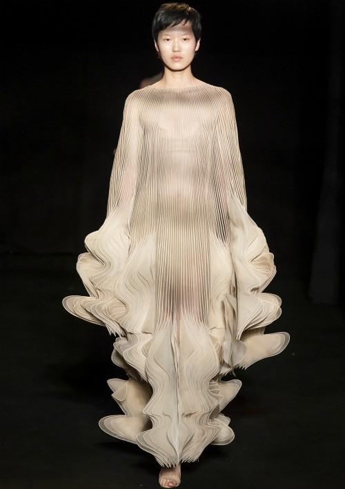 La colección fue fruto de un trabajo en colaboración con científicos y escultores inspirados por la biomímica. (WGSN)