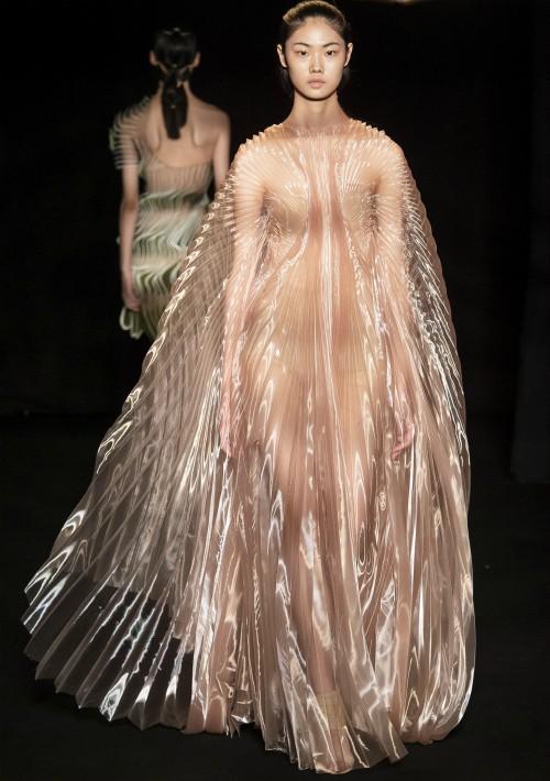 También hubo vestidos transparentes de organza con plisados que se superpusieron en distintas direcciones para crear un efecto de movimiento a cámara lenta. (WGSN)