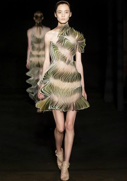 """La diseñadora se inspiró """"para descomponer los tejidos como las capas de las plumas de un pájaro"""". (WGSN)"""