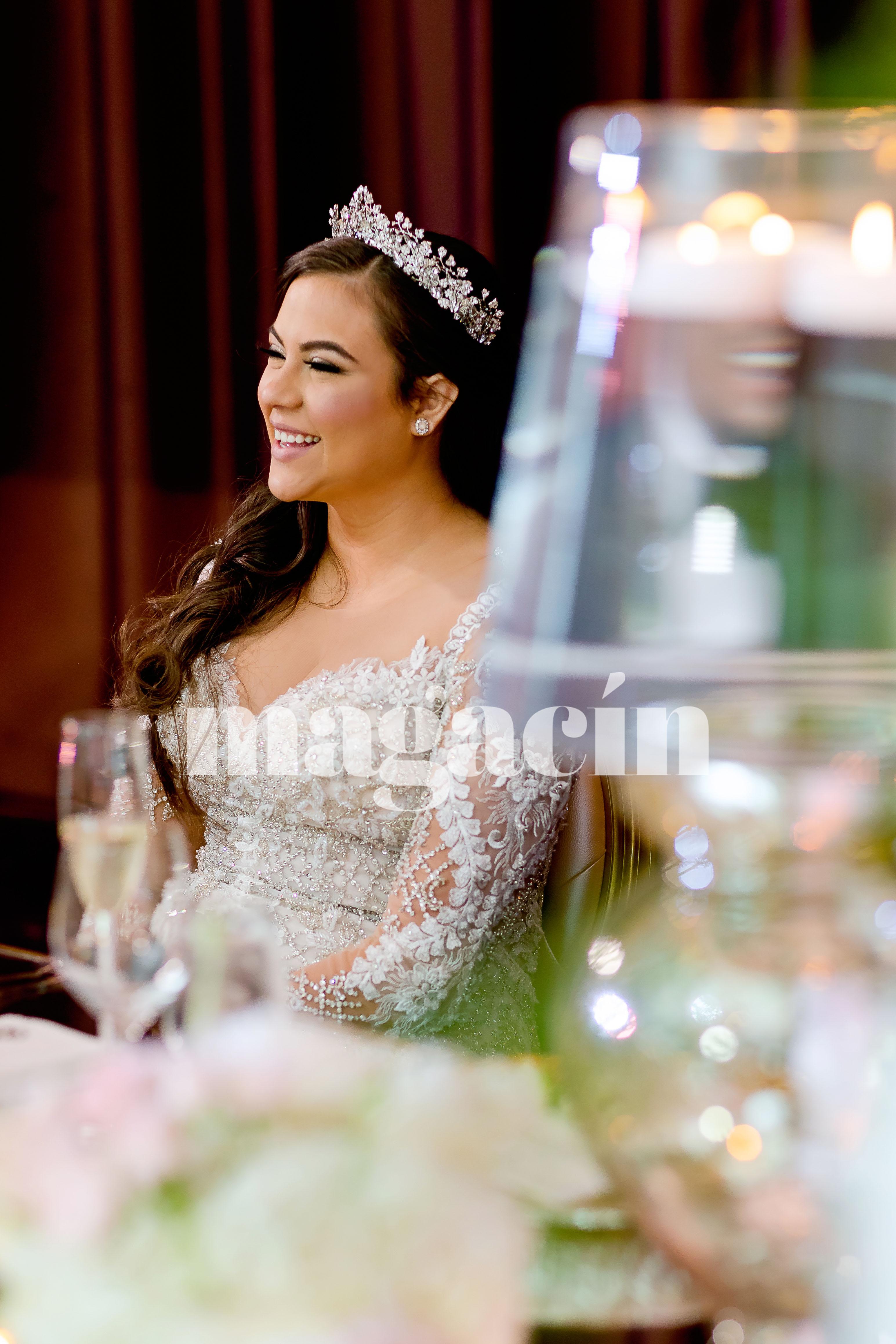 La novia lució un tocado de Maria Elena, y su arreglo personal estuvo en manos de Emanuel Agosto. (Suministrada/ Claudette Montero)