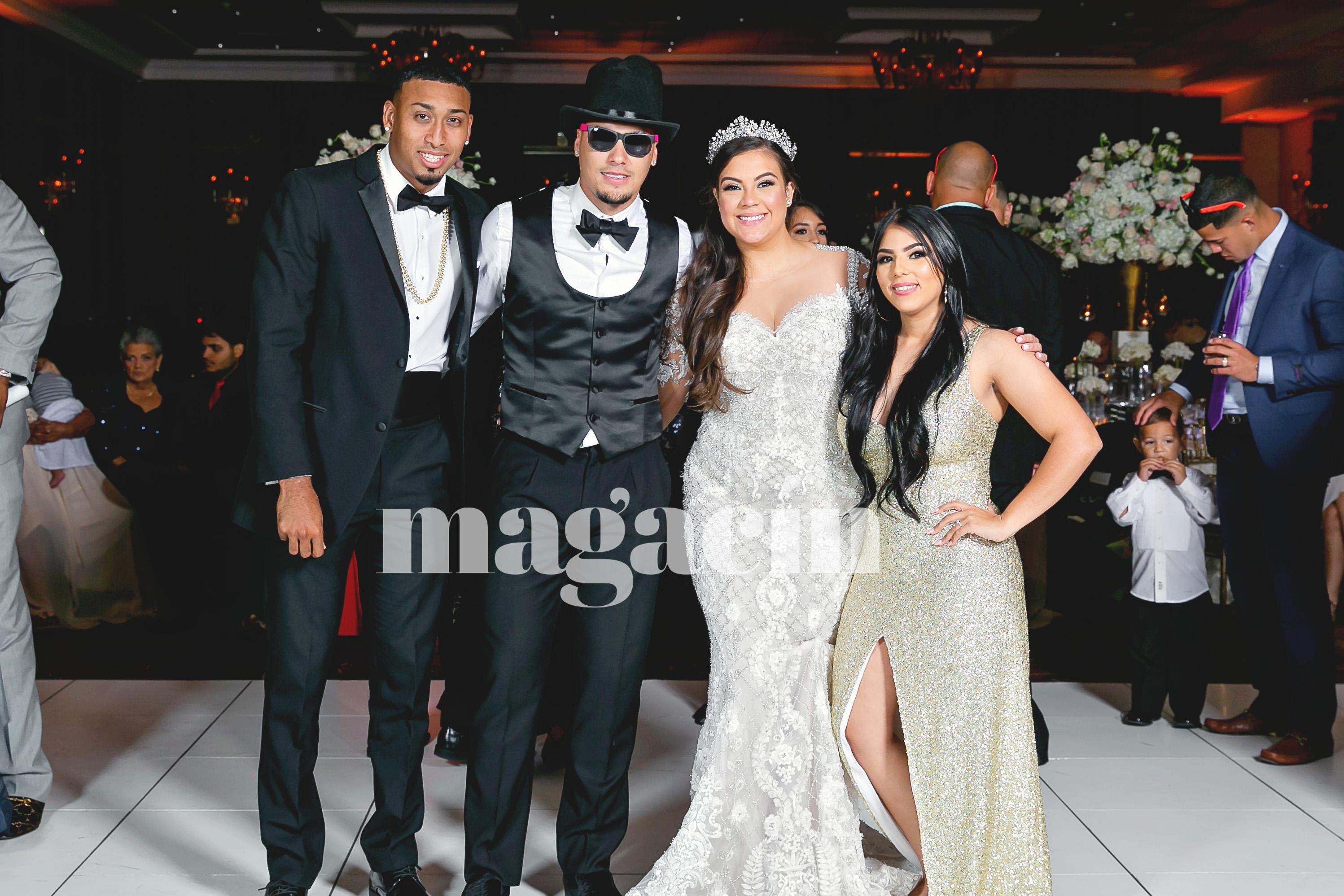 Los recién casados posan con el lanzador Sugar Díaz y su esposa Nashaly Mercado.  (Suministrada/ Claudette Montero)