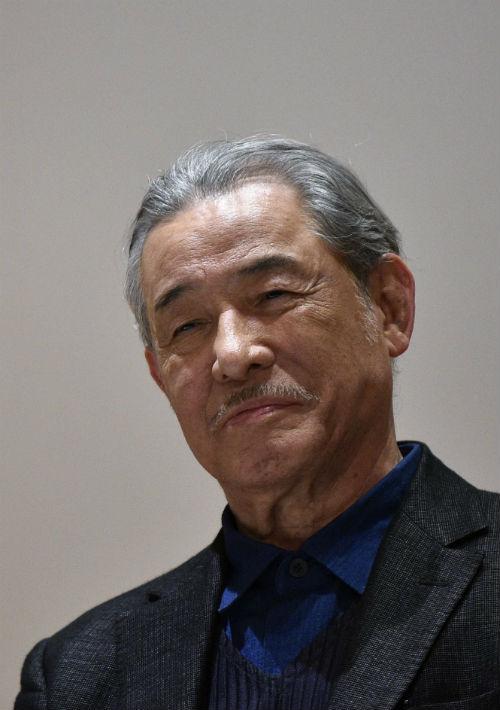 El diseñador japonés Issey Miyake, se ha destacado por sus diseños, pero también por su variedad de fragancias. Tiene 79 años. (Archivo)